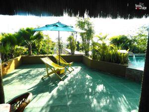 Solário ao lado da piscina.
