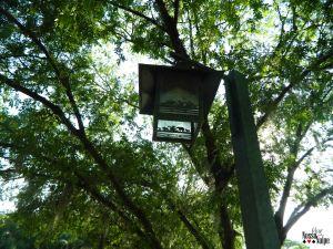 Detalhe de uma luminária do parque.