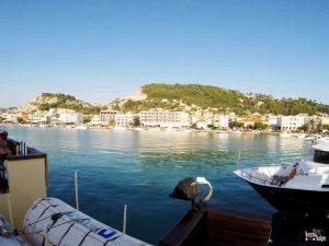 Vista do barco para o porto.