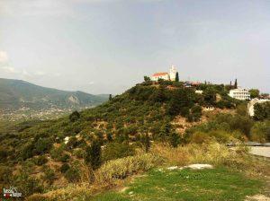Paradinha em Tragaki para curtir o visual. Lá longe avista-se a Igreja Bizantina de Santa Maria Dermatousa, construída no séc. XVII.