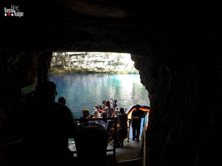 O passeio pelo Melissani Lake é feito de barco. Você entra por um túnel subterrâneo e vai até a margem do lago, onde ficam os barcos. O passeio é guiado e, se der sorte, o seu guia vai cantar e contar algumas curiosidades da caverna e do lago!