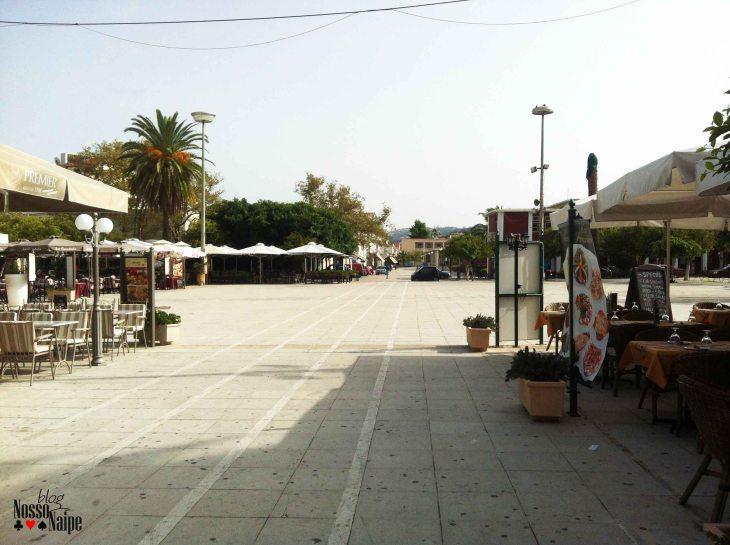 Praça com extensões de alguns restaurantes e cafés.