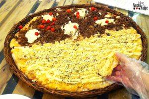 Olhem minha mão em comparação à pizza. Dá para ter noção como ela é grandinha?
