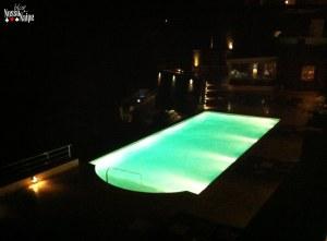 Piscina do hotel à noite.