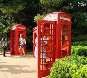 Réplica dos famosos telefones públicos da Inglaterra.