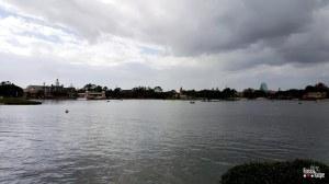 Os pavilhões ficam em torno de um lago.