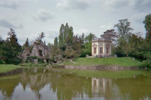 O Belvedère, uma gruta e o lago artifical connstruídos por vontade da rainha.