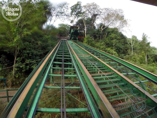 Trilho do funicular que leva e traz da plataforma flutuante.