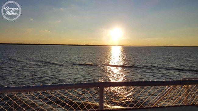 Pôr do sol visto do barco.